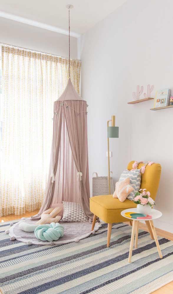 Um bambolê e pedaços de tecido: esses são os materiais necessários para fazer uma cabana como a da imagem