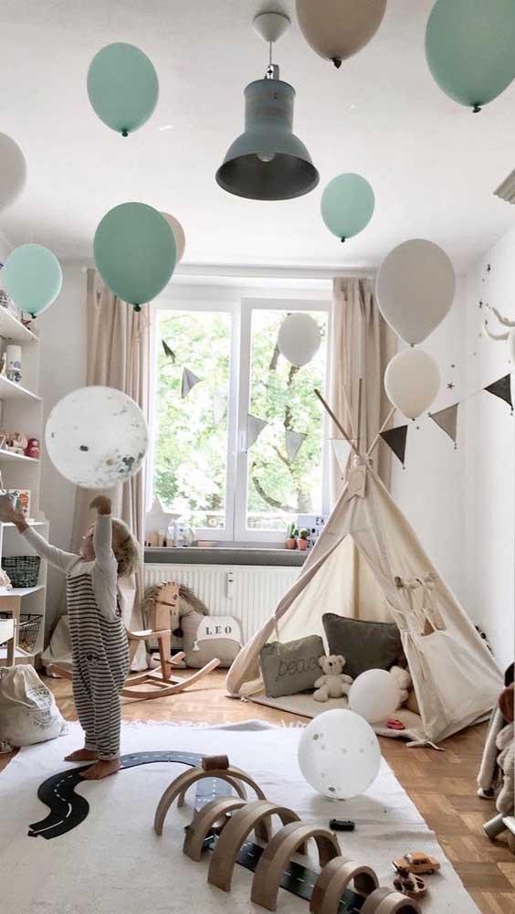 Balões e bandeirolas completam a decoração desse quarto com cabaninha