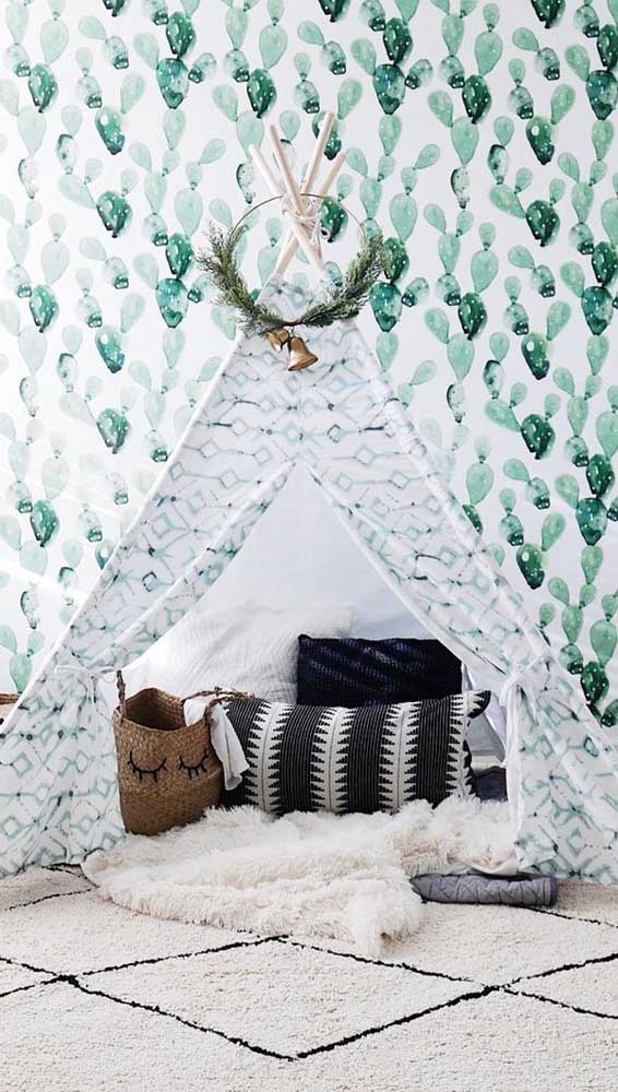 Cabana de estampa verde para combinar com a parede aos fundos