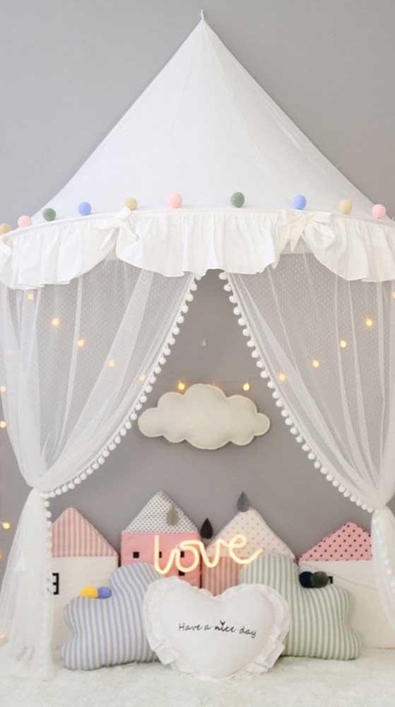 Almofadas, luzes e pompons coloridos deixam a cabana infantil ainda mais receptiva e confortável