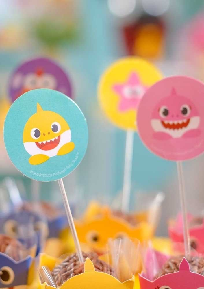 Use plaquinhas decorativas nos doces.