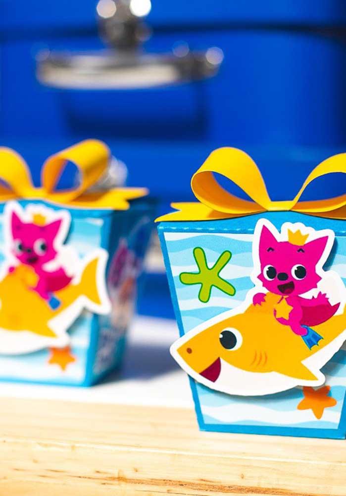 Aposte em caixinhas personalizadas na hora de fazer a lembrancinha Baby Shark.
