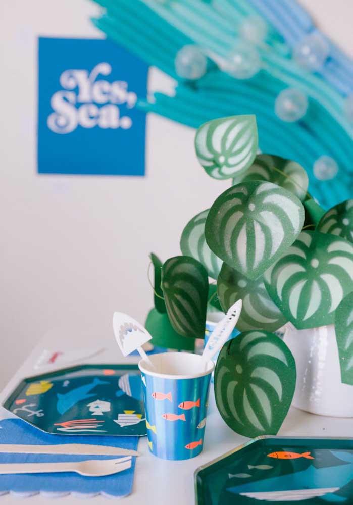 Como essas folhas artificiais usadas como centro de mesa Baby Shark.