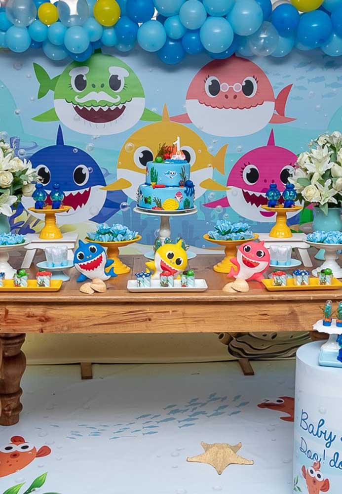 Use flores e balões para decorar a festa Baby Shark.