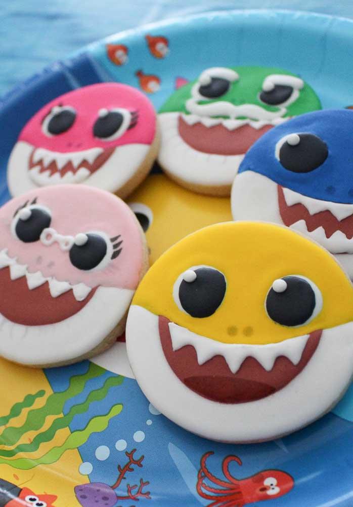 Guloseimas personalizadas com as carinhas dos personagens da família Baby Shark.