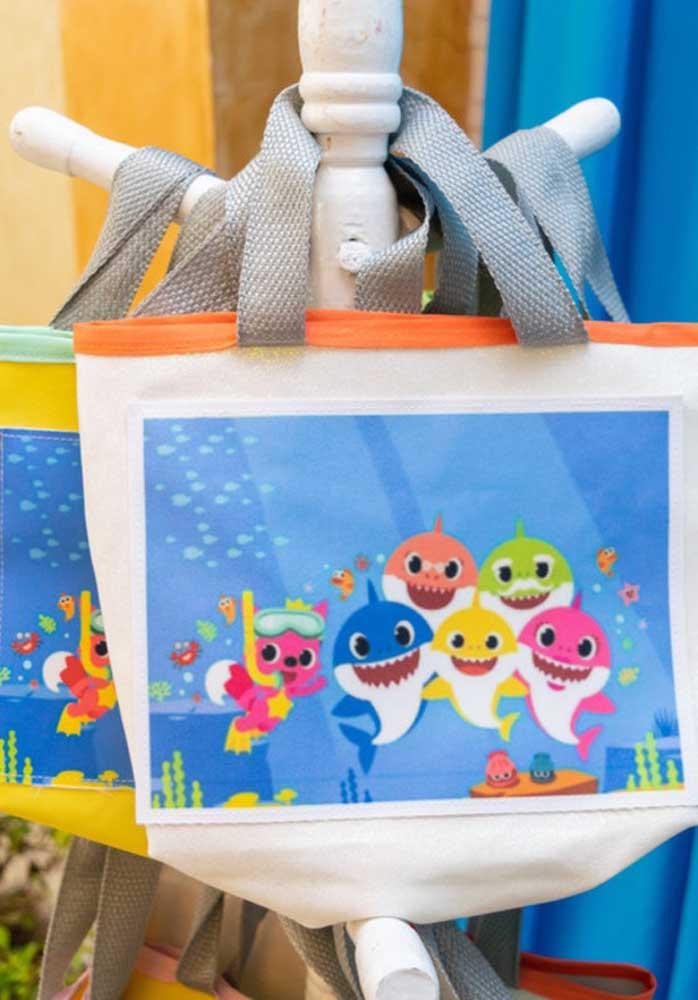 Que tal caprichar na lembrancinha Baby Shark e fazer uma sacola personalizada?