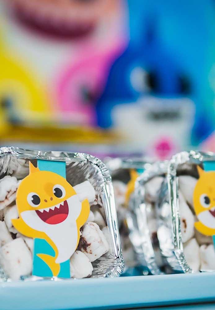 Você pode fazer coisas simples para decorar a festa Baby Shark.
