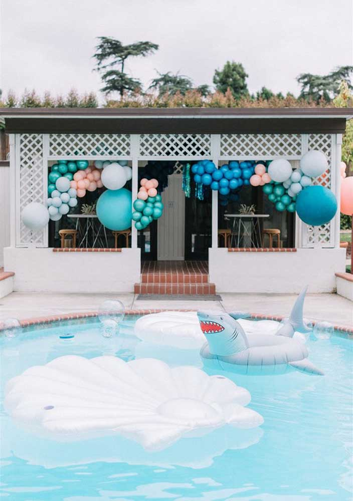 Nada melhor do que fazer um aniversário Baby Shark na piscina.