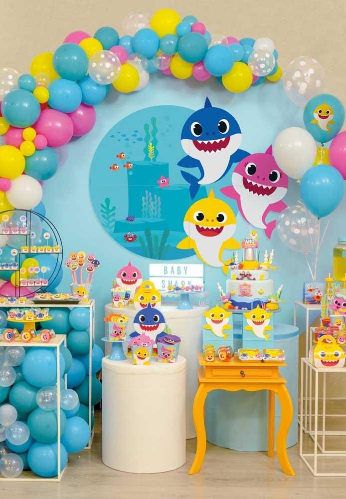 Que tal fazer arcos com balões desconstruídos para representar o fundo do mar?