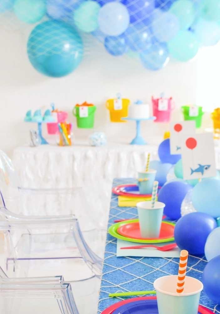 Incrível como fazer uma decoração colorida deixa o aniversário Baby Shark mais divertido.