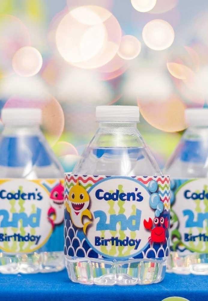 Bebidas refrescantes devem ser servidas na festa Baby Shark. Nessa hora, nada melhor do que uma boa água.