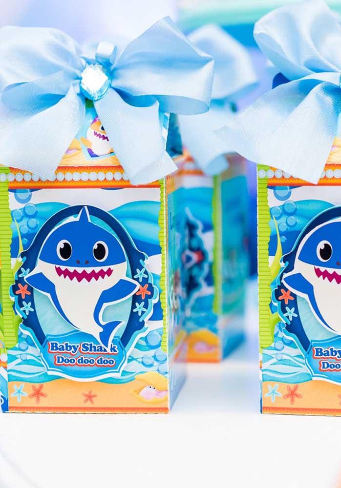 Olha que caixinha linda para você agradecer os convidados da festa Baby Shark.