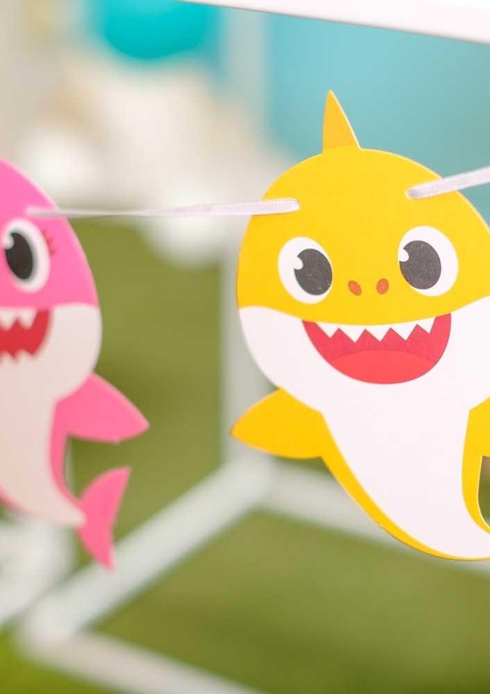 Para uma festa simples, faça um varal com a família Baby Shark.