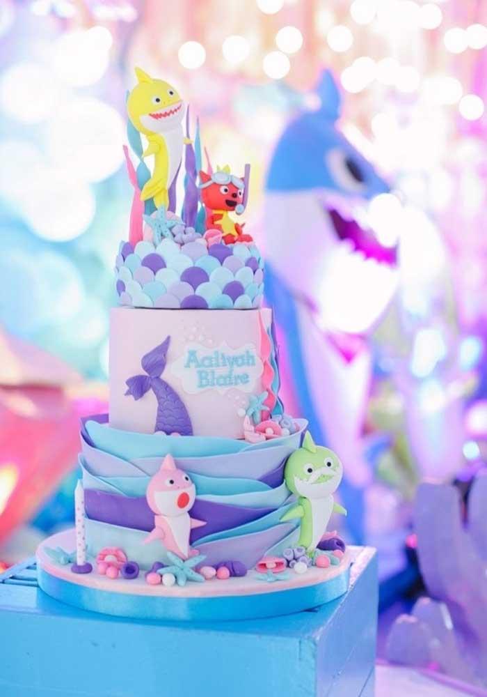 Faça um bolo Baby Shark de 3 andares e use um elemento diferente em cada andar. Com certeza, o bolo será o grande destaque do aniversário.