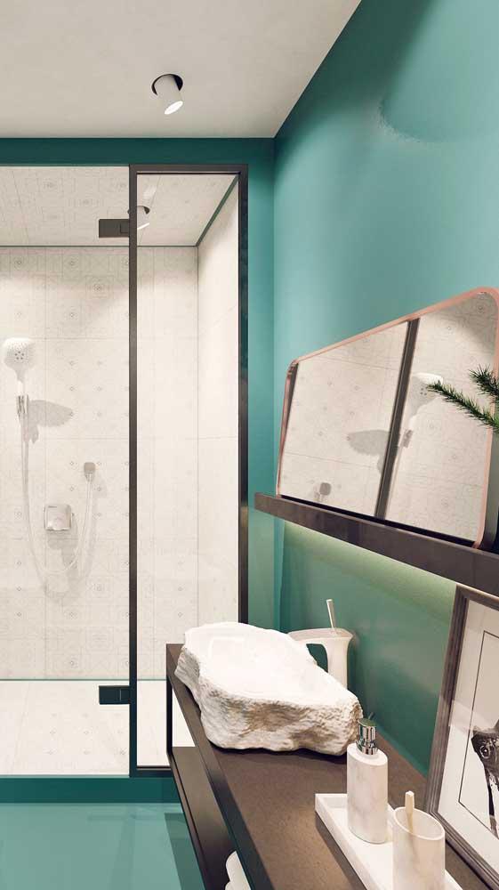 Banheiro moderno com prateleiras ao invés de gabinete. Logo acima, mais uma prateleira menorzinha para acomodar o espelho