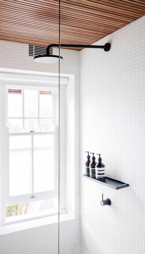 Prateleira pequena e simples de vidro para organizar a área do banho