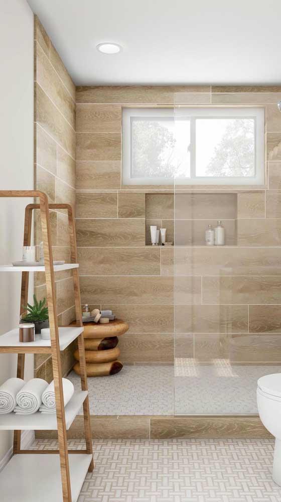As prateleiras em formato de escada deixam o banheiro mais moderno