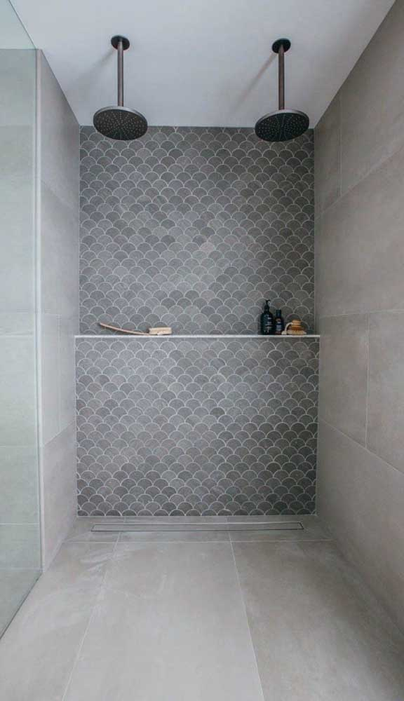 Veja como uma simples prateleira pode resolver seu problema de organização no banheiro