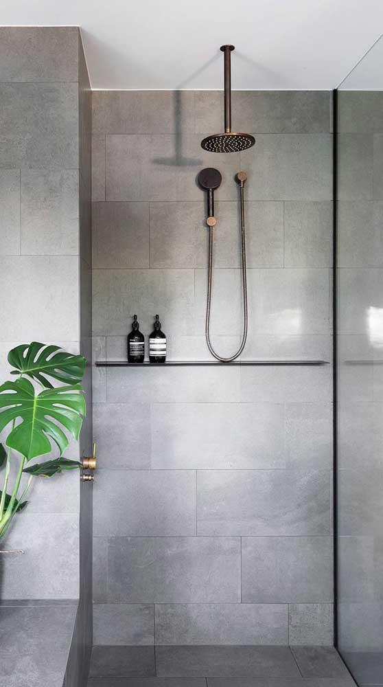 Cuidado para a prateleira não atrapalhar os movimentos durante o banho. Prefira aquelas mais estreitas