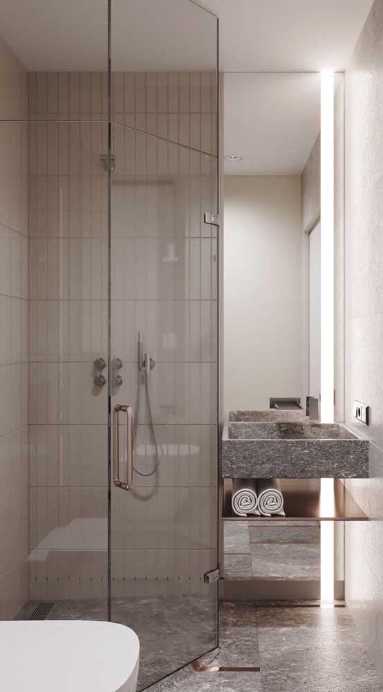 As toalhas ficam sempre à mão sobre a prateleira do banheiro