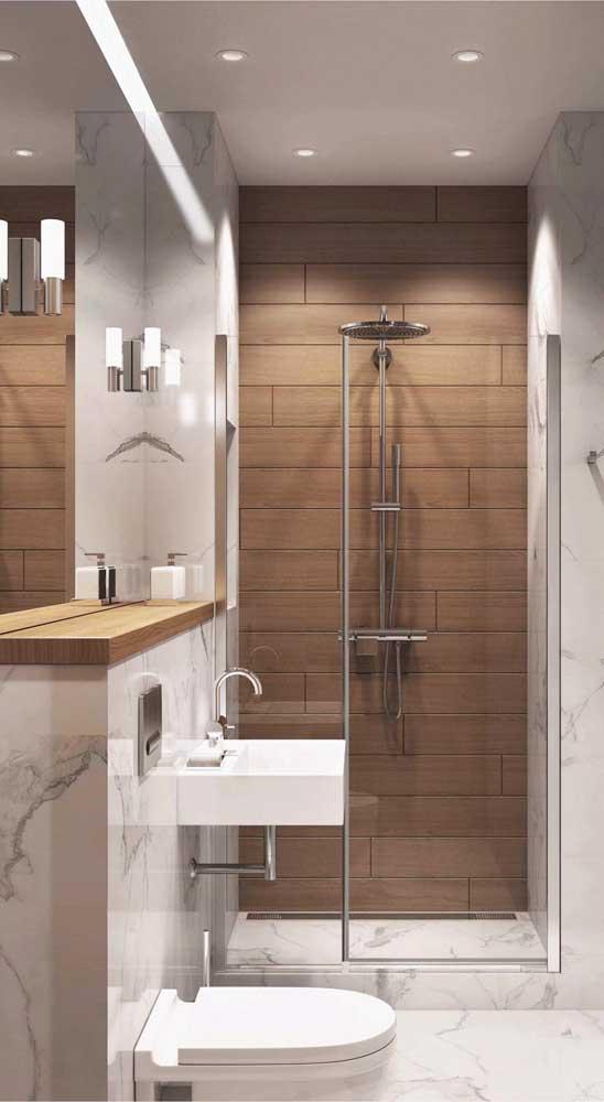 O espaço sobre o vaso sanitário pode ser muito bem aproveitado com uma prateleira