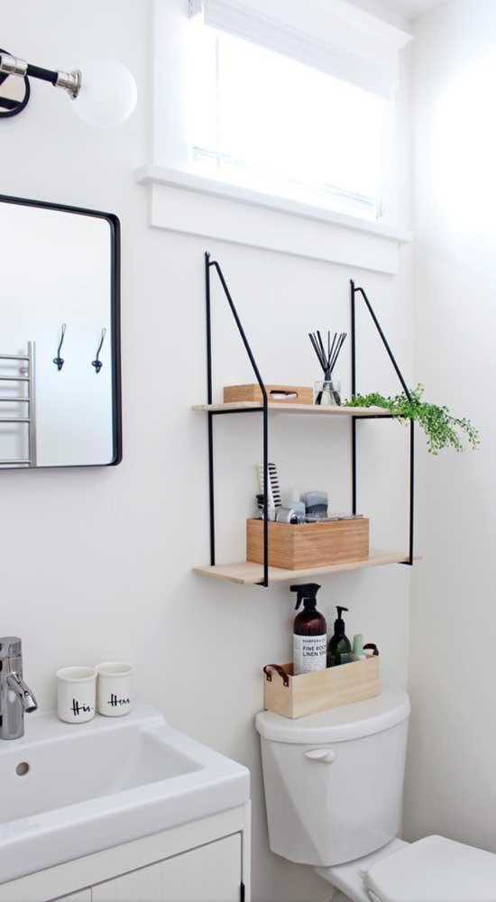 Prateleira para banheiro sobre o vaso sanitário. A madeira de pinus pode ser comprada no tamanho desejado em lojas de construção