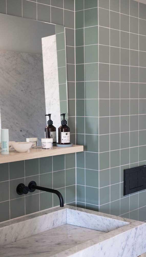 A prateleira sobre a pia do banheiro é prática e funcional. Só tome cuidado para não atrapalhar o uso da pia, escolha um modelo estreito