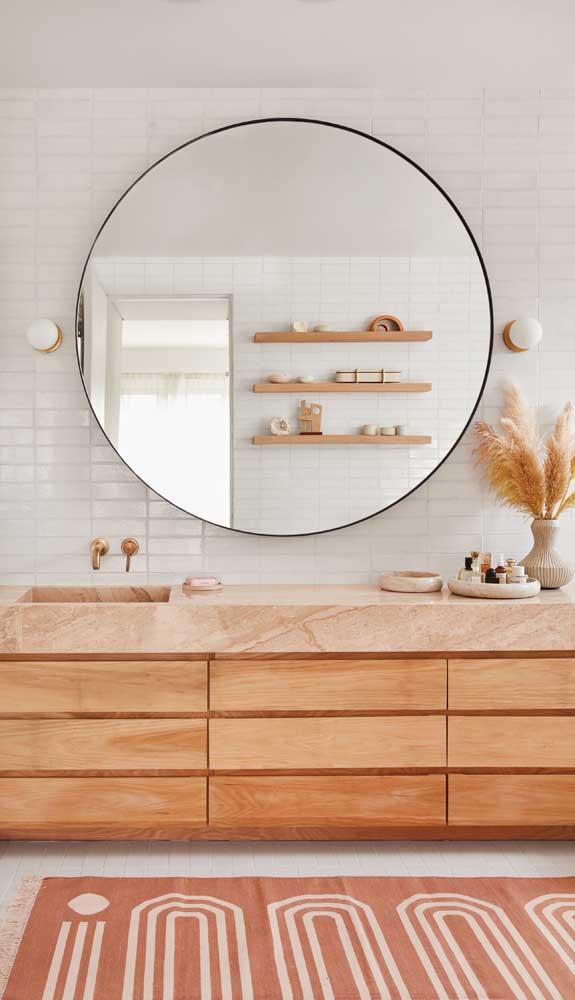 Aqui, o espelho revela o uso combinado de três prateleiras de madeira