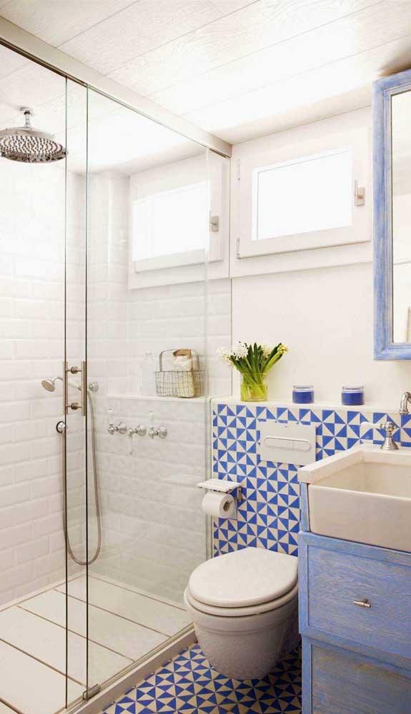 Nesse banheiro a prateleira atravessa toda a extensão da parede