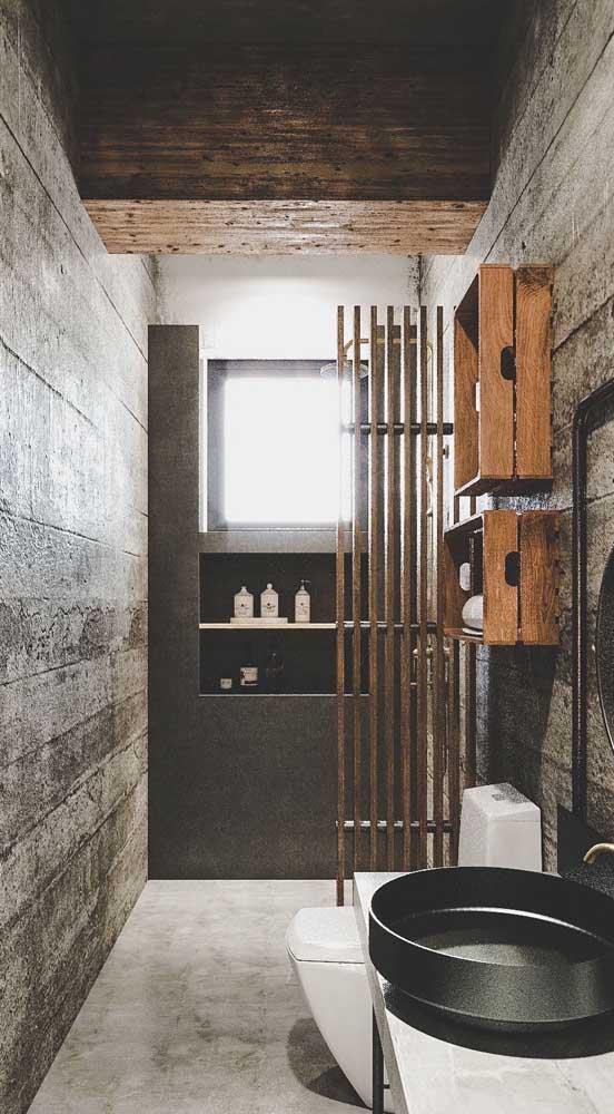 Esse banheiro descolado e jovial trouxe caixotes de madeira para fazer a vez das prateleiras