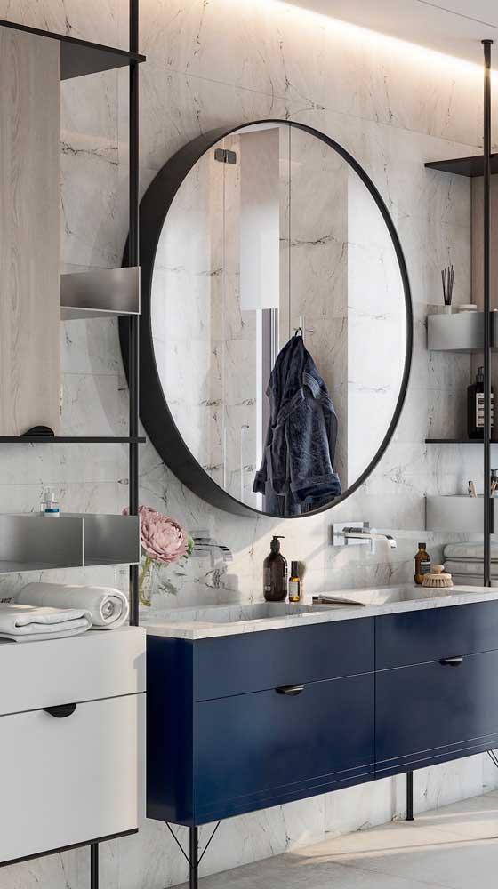 Prateleiras em metal para o banheiro moderno e de estilo industrial