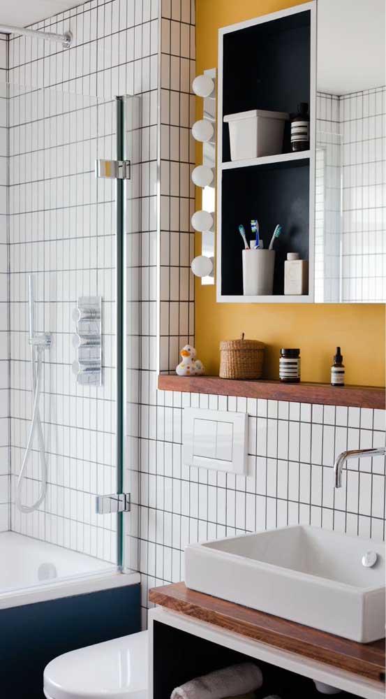 Prateleira de madeira para organizar e decorar o banheiro pequeno