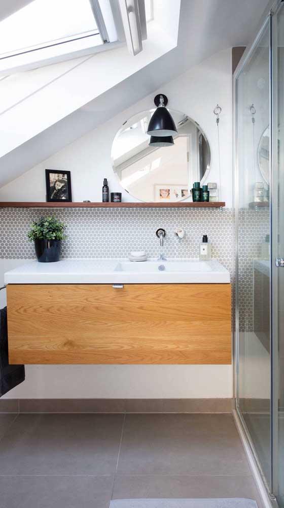 Prateleira para economizar e aproveitar os espaços do banheiro