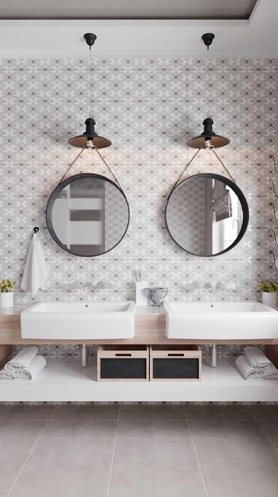 Troque os antigos gabinetes por prateleiras. Elas deixam o banheiro mais clean e espaçoso