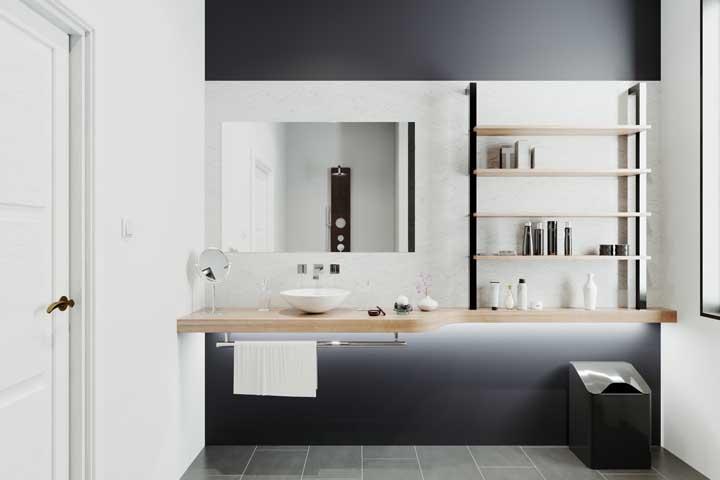 Nesse banheiro, as prateleiras foram instaladas sobre a bancada