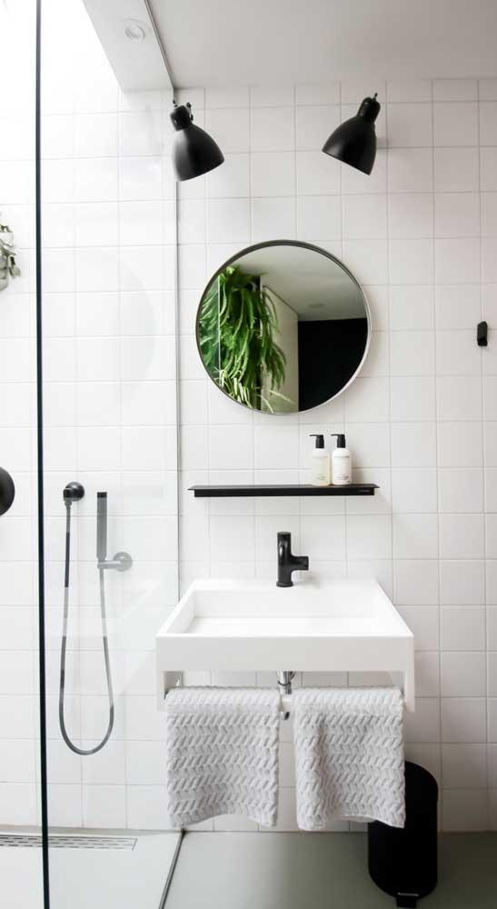 Aqui bastou uma simples prateleira preta para fazer a diferença no banheiro