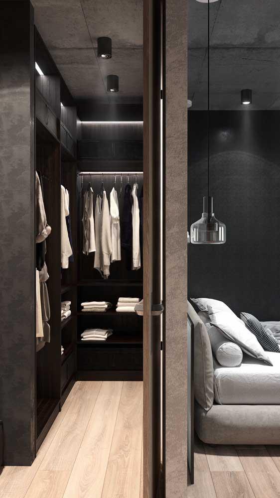 Closet masculino pequeno montado atrás da cabeceira da cama