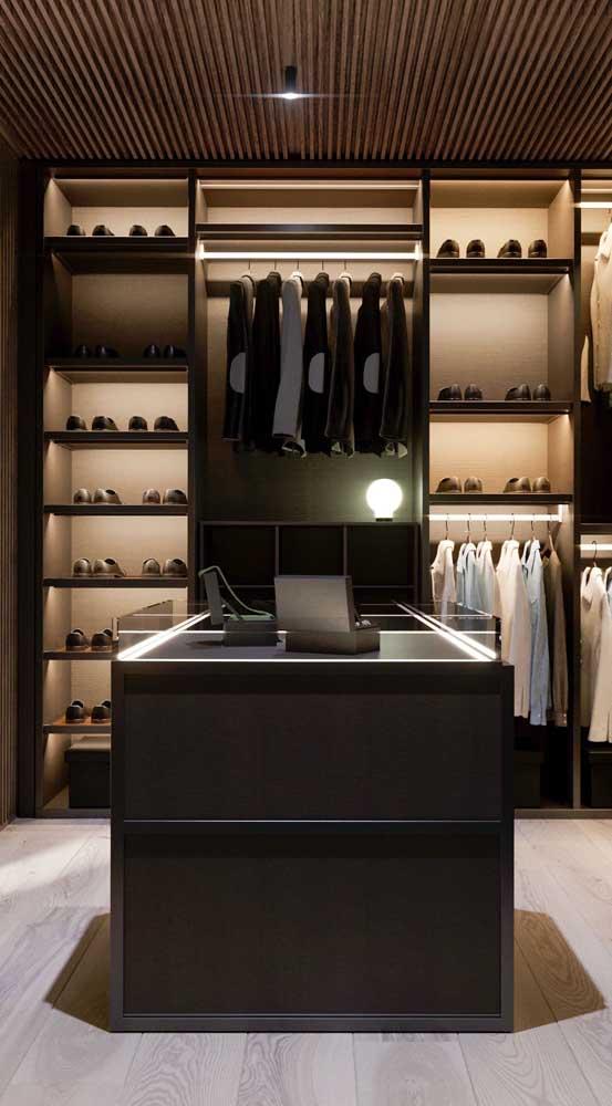 Puro luxo esse closet masculino! A ilha organiza e expõe os acessórios