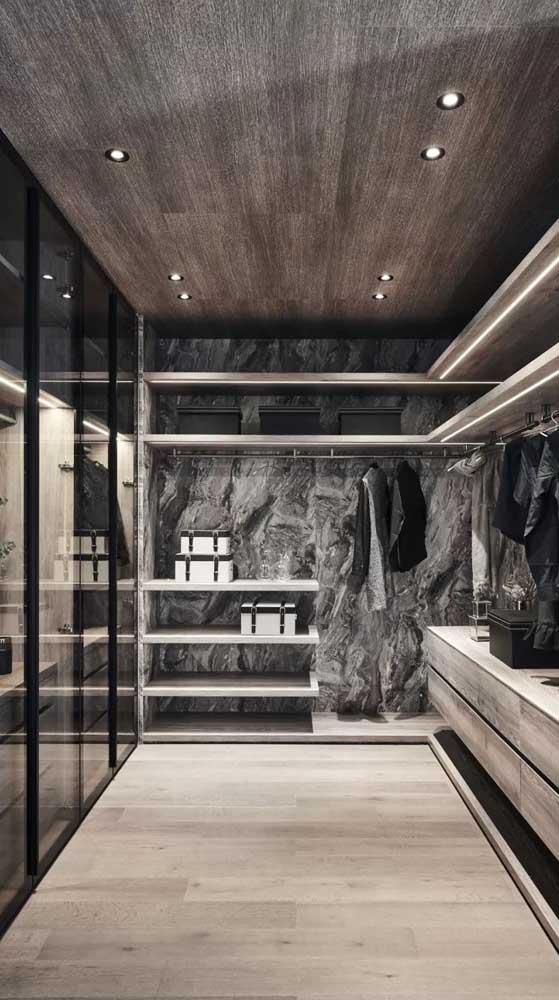 Closet masculino decorado com papel de parede marmorizado