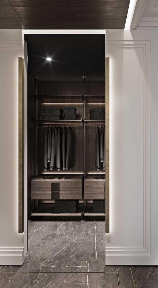 O curioso aqui nesse outro closet é a porta de correr que parece uma continuidade da parede