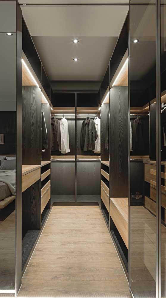Closet masculino projetado em tons amadeirados que vão do mais claro ao mais escuro