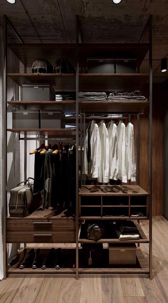 Closet masculino aberto com divisórias capaz de atender todas as necessidades