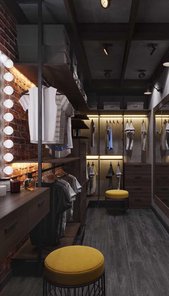 Closet masculino grande e moderno com puffs para ajudar no momento de se vestir