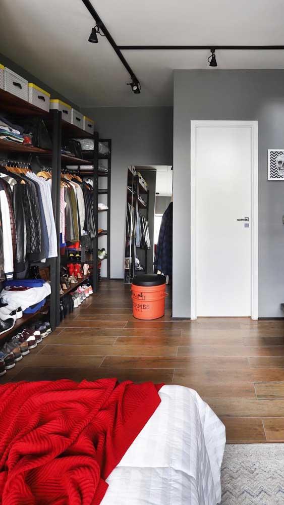 Quarto masculino moderno com closet aberto