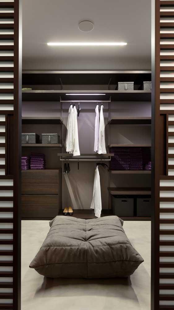 O puff no centro do closet traz conforto e praticidade no dia a dia