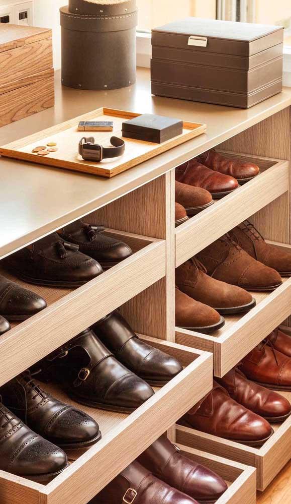 Gavetas para os sapatos: tudo visível e de fácil acesso dentro do closet
