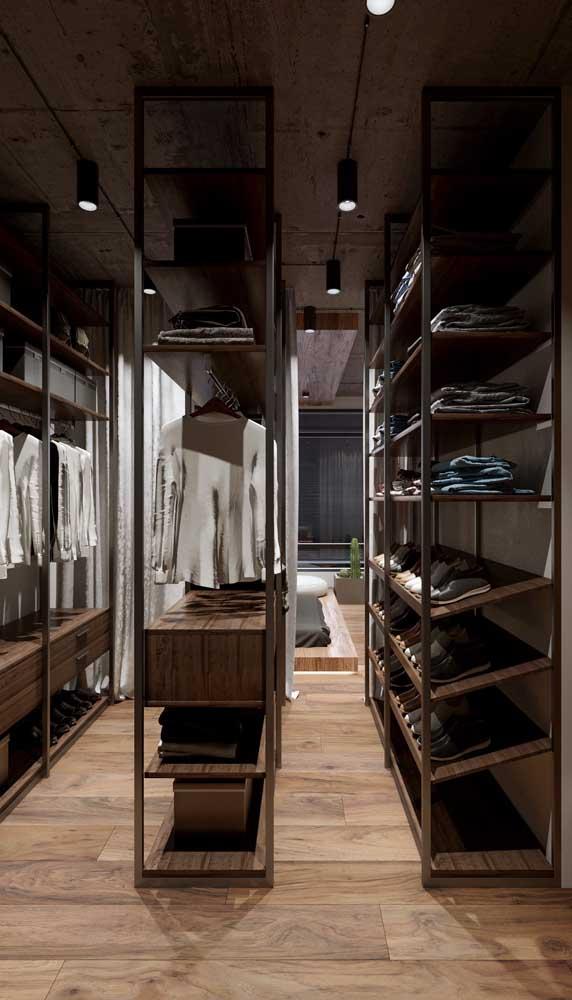 Closet masculino com corredor central ocupado por um armário extra