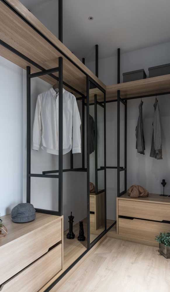 Closet masculino de estrutura simples e moderna. Repare que a própria estrutura de ferro serve como arara para as roupas