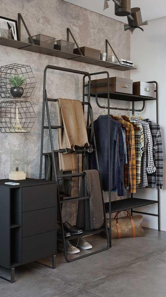 Closet masculino pequeno e aberto feito com estrutura metálica