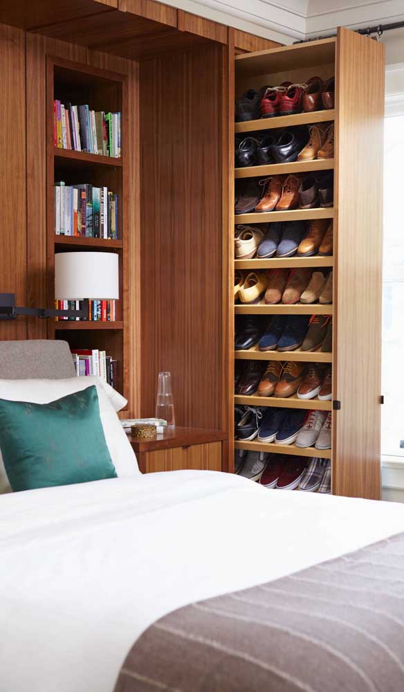 A sapateira do closet foi embutida no painel da cabeceira da cama